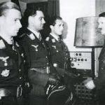 Helmut Lent erhält eine Auszeichnung aus den Händen von Adolf Hitler