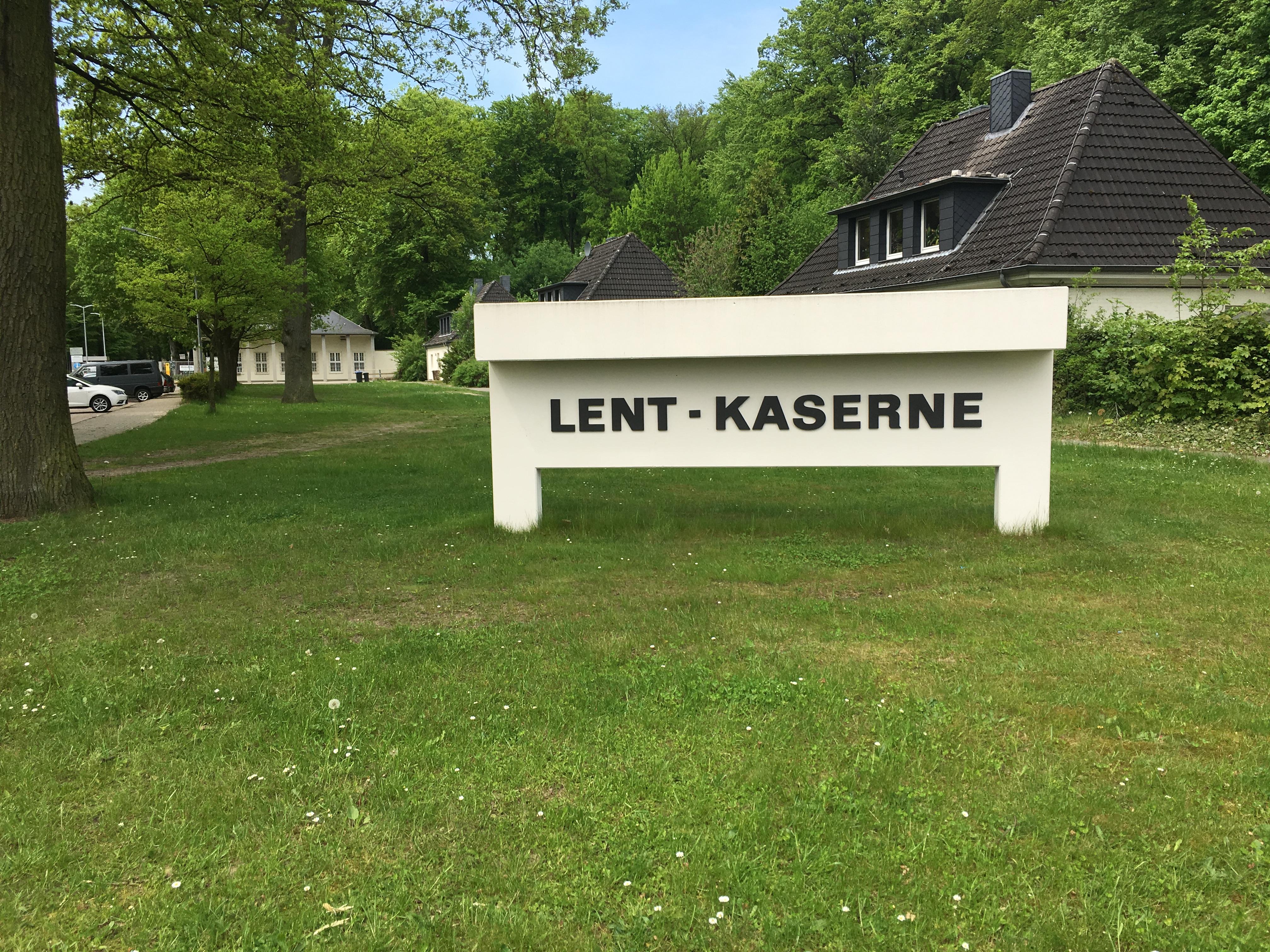Schild an der Einfahrt zur Lent-Kaserne in Rotenburg