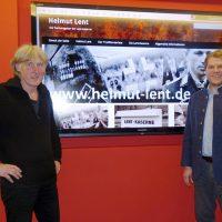 Michael Quelle und Marc Andreßen stellen Informationen zu Helmut Lent vor